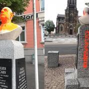 Un buste du général de Gaulle vandalisé, peint en jaune et tagué du mot «esclavagiste»