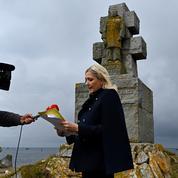 Chahutée lors de sa visite sur l'île de Sein, Marine Le Pen met en cause «l'État LREM»