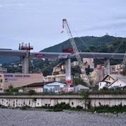 Une première voiture emprunte le nouveau pont de Gênes