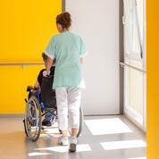 Soins aux personnes âgées: les sous-effectifs plus marqués en France