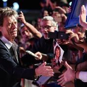 Quand Mick Jagger signe des autographes sur les masques antivirus d'une Bretonne