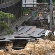 Cinquante morts dans les inondations au Japon, «course contre la montre» des secouristes