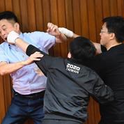 Débat houleux au parlement taïwanais: bagarres et bombes à eau