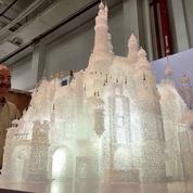 Deux enfants brisent un château Disney exposé au Musée du verre de Shanghai