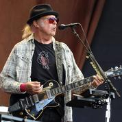 Neil Young met ses menaces à exécution et attaque le «honteux» Donald Trump en justice