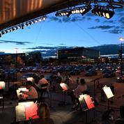 Entre deux avions, Mozart et Beethoven en concert drive-in à Montréal pour contrer le covid
