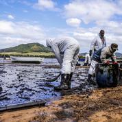 Île Maurice: le temps presse pour pomper le carburant du bateau échoué