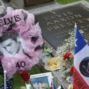 Pour les 43 ans de la mort d'Elvis, les fans affluent masqués à son domicile
