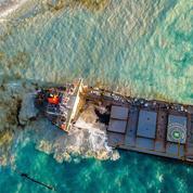 Maurice: une partie de l'épave du bateau ayant provoqué une marée noire coulée au large