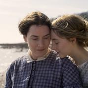 Kate Winslet et Saoirse Ronan laissent éclater leur amour interdit dans Ammonite