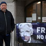 L'artiste dissident Ai Weiwei manifeste silencieusement pour la libération de Julian Assange