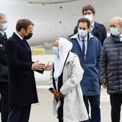 L'ex-otage au Mali Sophie Pétronin est rentrée en France, accueillie par Emmanuel Macron