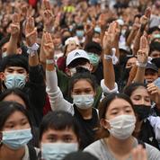 Symbole de la contestation, des Thaïlandais ont adopté le salut à trois doigts de The Hunger Games
