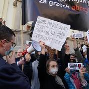 Pologne: manifestations dans des églises catholiques contre l'interdiction de l'avortement