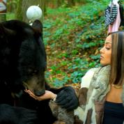 Dans son clip, Wejdene vend la peau de l'ours avant de se faire «tuer» par les défenseurs de la cause animale