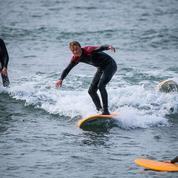 Finistère : des surfeurs se munissent de certificats médicaux pour braver le confinement