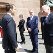 Coronavirus : poussé par Larcher, Macron va recevoir les présidents des groupes parlementaires