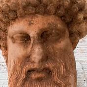 Une tête d'Hermès en marbre découverte sous une rue d'Athènes