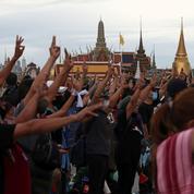 Thaïlande: douze leaders pro démocratie convoqués par la police pour lèse-majesté