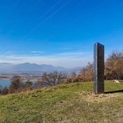 Après celui des États-Unis, un éphémère monolithe de métal agite la Roumanie