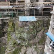 En Chine, une gigantesque statue décapitée refait surface au milieu des immeubles