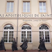 Des nonnes dansent et chantent pour lever des fonds pour leur couvent
