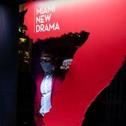 Des comédiens dans des vitrines pour contourner la fermeture des théâtres à Miami Beach