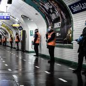 À Paris, un homme se tape la tête contre un mur pour accuser la police de violences