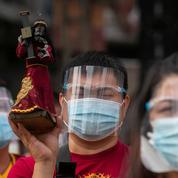 Philippines : des milliers de fidèles bravent les restrictions pour se rassembler autour d'une traditionnelle statue de Jésus