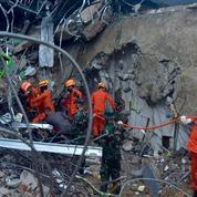 Indonésie: un fort séisme fait 37 morts, des disparus sous les décombres