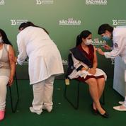Brésil: les vaccins AstraZeneca et CoronaVac approuvés, premières vaccinations à Sao Paulo