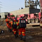 Mineurs coincés en Chine: un mort, mais élargissement d'un tunnel relance l'espoir