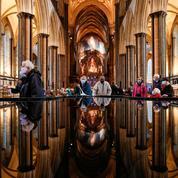 À la cathédrale de Salisbury, les Anglais se font vacciner sur fond de récital d'orgue