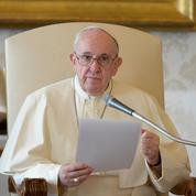 La sciatique du pape l'oblige à réduire ses engagements