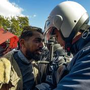 Des centaines de Tunisiens manifestent près du Parlement barricadé