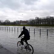 Le niveau de la Seine continue de monter, plusieurs tronçons de quais fermés à Paris