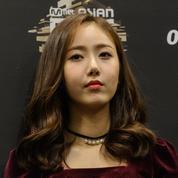 La star de la K-Pop Sowon s'excuse après avoir posé, souriante, avec un mannequin en uniforme nazi