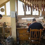 Derniers gardiens d'un savoir-faire virtuose, les luthiers roumains de Reghin broient du noir