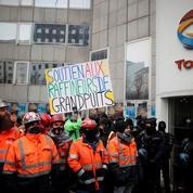 Rejoints par des militants écolos, des ouvriers de Grandpuits contestent la reconversion de la raffinerie Total