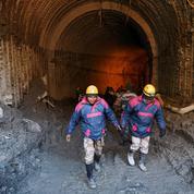 Inde : un forage pour tenter de sauver une trentaine d'hommes piégés dans un tunnel