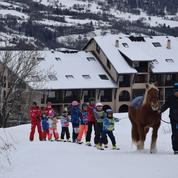À cheval, en taxi ou dameuse, le système D des stations pour offrir un peu de ski