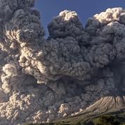 Indonésie: le volcan Sinabung crache une spectaculaire colonne de cendres