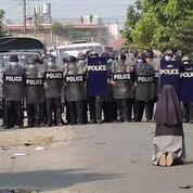 Birmanie : l'histoire incroyable de Sœur Ann, la religieuse qui prie à genoux devant la police