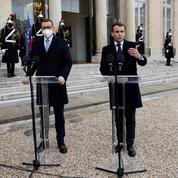 Vaccins : Macron et Morawiecki soutiennent la politique de l'UE