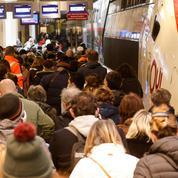 Confinement : les trains quittant Paris pris d'assaut, des embouteillages en Île-de-France vendredi