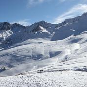 Roumanie : un skieur filme sa course-poursuite sur une piste... avec un ours !