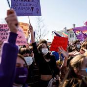 Turquie : des centaines de manifestants contre l'abandon de la Convention d'Istanbul protégeant les femmes