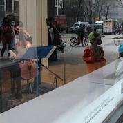 À New York, des musiciens donnent concert derrière les vitrines d'un magasin