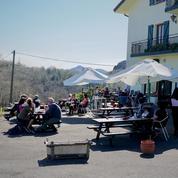 «Ici, c'est 100% Français, les seuls Espagnols, c'est nous»: les restaurateurs espagnols accueillent les Français au Col d'Ibardin au Pays basque