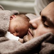 Moins de 1% des pères demandent un congé parental à temps plein, selon une étude